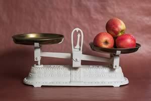 mele mature sulla bilancia
